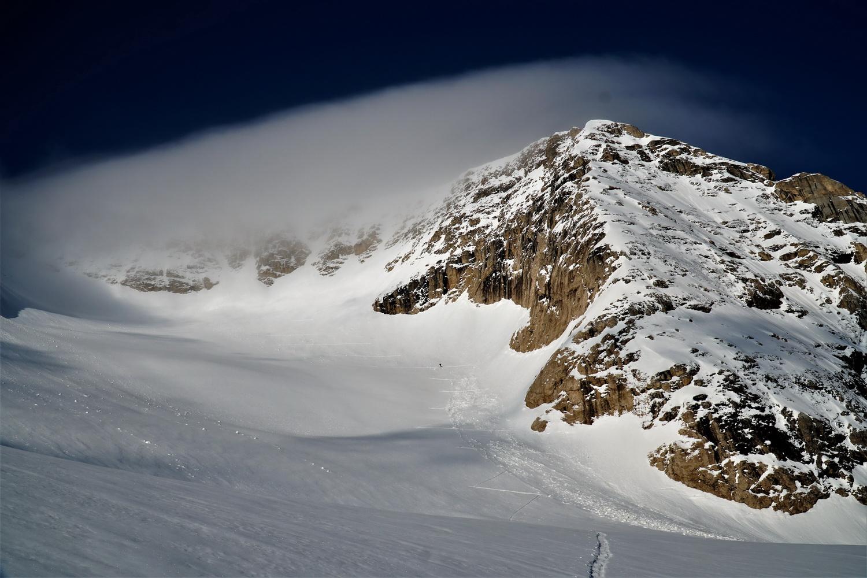 _pohľad_na_našu_výstupovú_trasu_cez_ľadovec_na_vrchol_Punta_Penie_3342_m._Na_ten_však_momentálne_nalieza_veľký_mrak,_ale_ani_ten_tam_nepobudol_dlho._